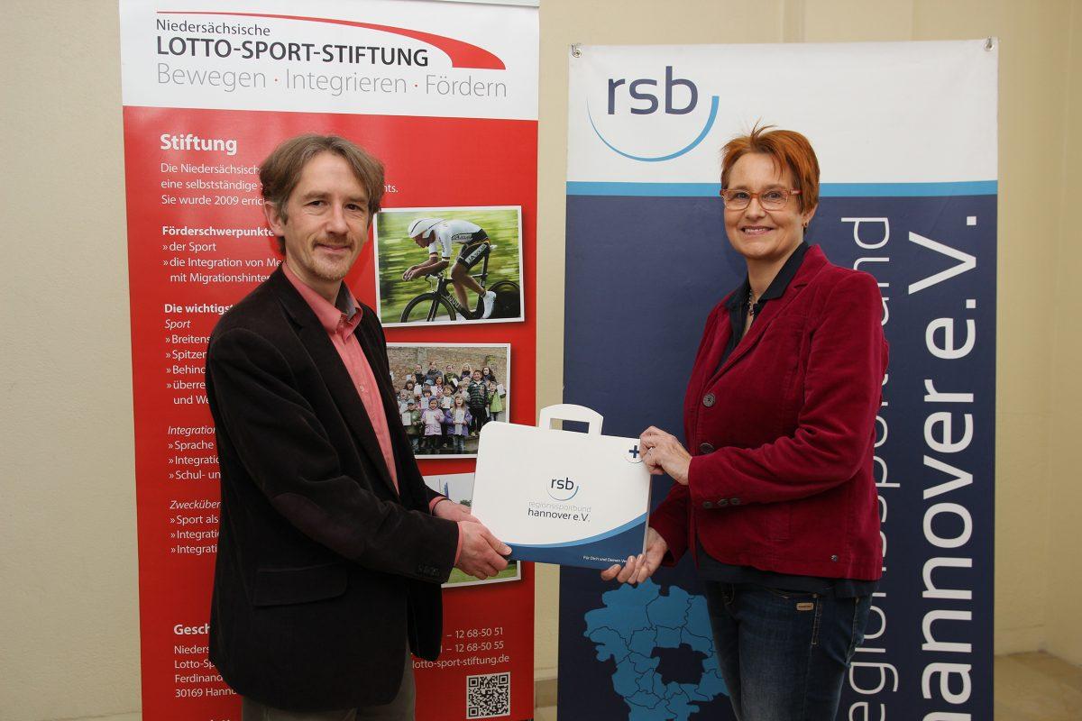 Clemens Kurek von der Nds Lotto Sport Stiftung und Dagmar Ernst vom RSB Hannover freuen sich uber den Erste Hilfe Koffer fur Vereine