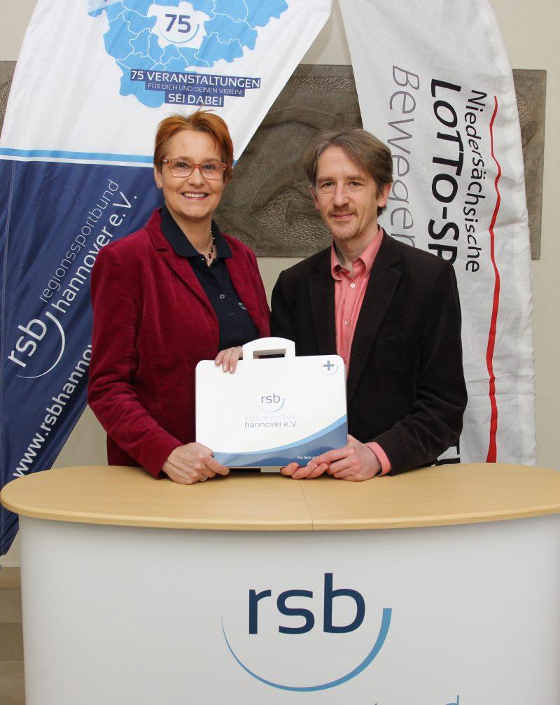 Dagmar Ernst und Clemens Kurek freuen sich uber den Erste Hilfe Koffer des Regionssportbund Hannover
